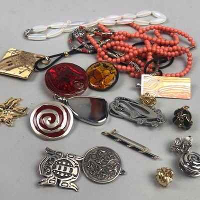 Lot 59 - A GROUP OF COSTUME JEWELLERY