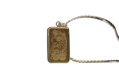 Lot 373 - A GOLD INGOT PENDANT WITH CHAIN