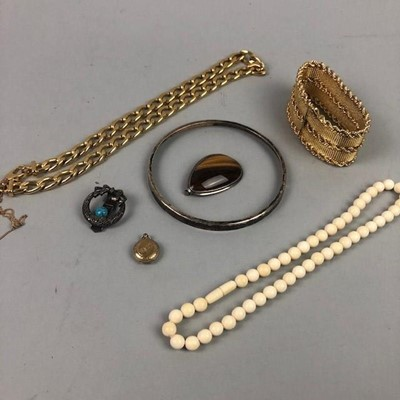 Lot 38 - A  COLLECTION OF COSTUME JEWELLERY