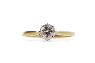 Lot 398 - A DIAMOND SOLITAIRE RING