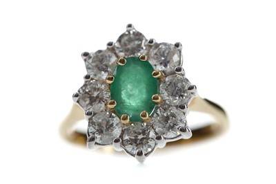 Lot 514 - AN EMERALD AND DIAMOND CLUSTER RING