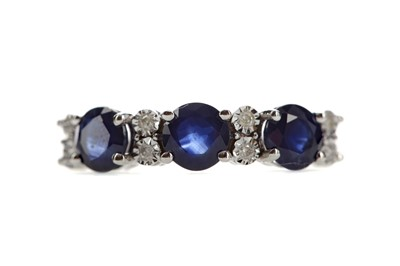 Lot 522 - A SAPPHIRE AND DIAMOND RING