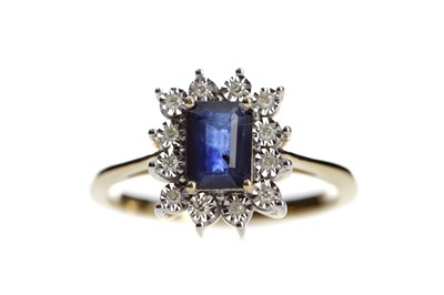 Lot 526 - A SAPPHIRE AND DIAMOND RING