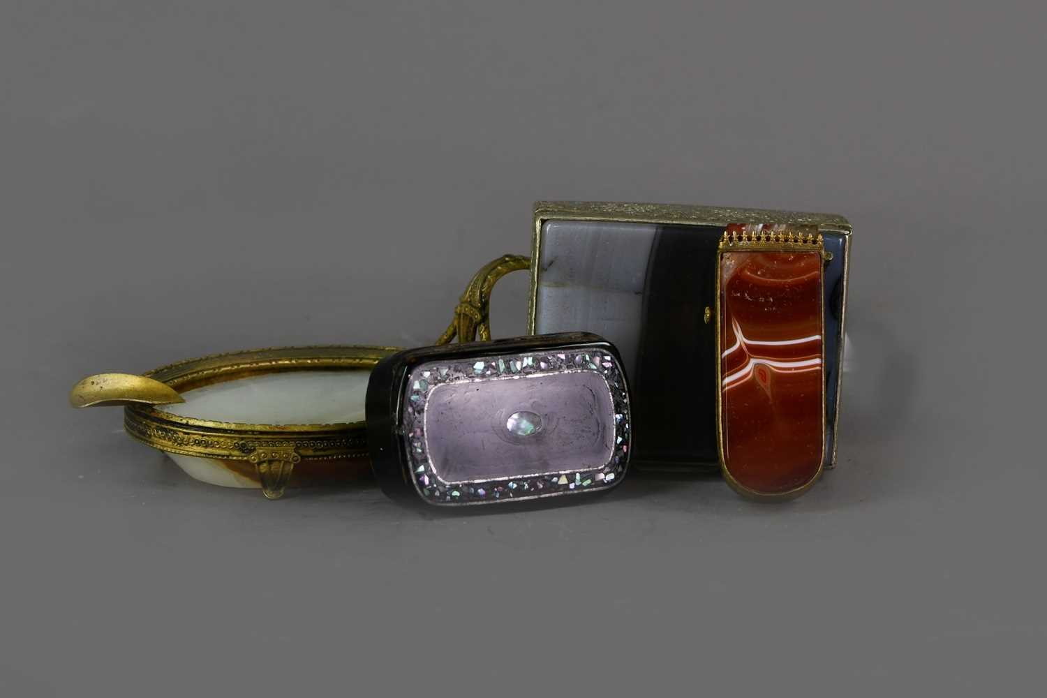 Lot 41 - AN EARLY 20TH CENTURY BRASS MOUNTED AGATE ASH DISH, ALONG WITH AN ETUI, TRINKET BOX AND SNUFF BOX