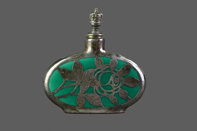 Lot 53 - AN EARLY 20TH CENTURY SILVER OVERLAID GREEN HARDSTONE SCENT BOTTLE