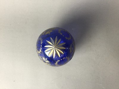 Lot 42 - A 20TH CENTURY FABERGÉ PARCEL-GILT AND BLUE GLASS EGG