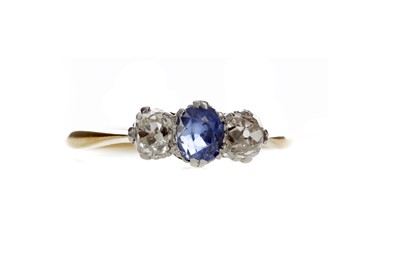 Lot 1301 - A SAPPHIRE AND DIAMOND RING