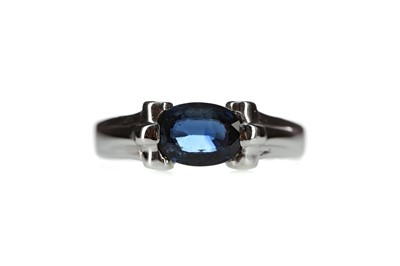 Lot 1308 - A SAPPHIRE RING