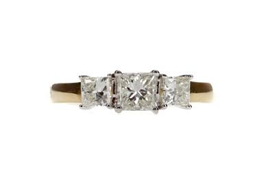 Lot 1319 - A DIAMOND THREE STONE RING