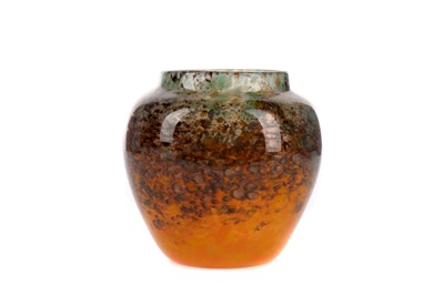 Lot 1005 - A EARLY 20TH CENTURY MONART GLASS VASE