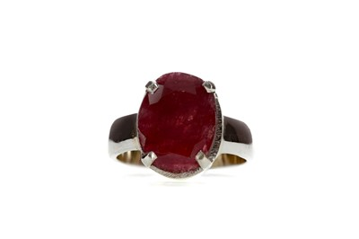 Lot 1486 - A RUBY RING