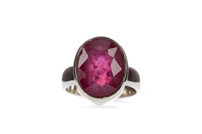 Lot 1487 - A RUBY RING