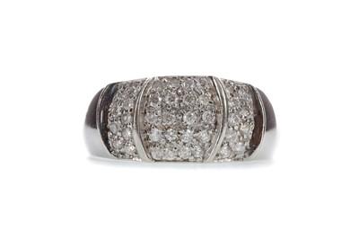 Lot 1443 - A DIAMOND DRESS RING