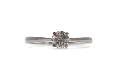 Lot 1434 - A DIAMOND SOLITAIRE RING