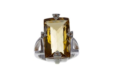 Lot 405 - A YELLOW SAPPHIRE RING