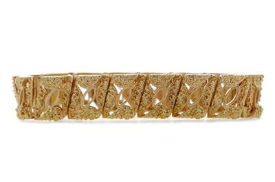 Lot 314 - A TEXTURED GOLD BRACELET