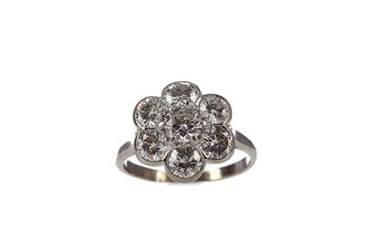 Lot 309 - A DIAMOND FLOWER CLUSTER RING