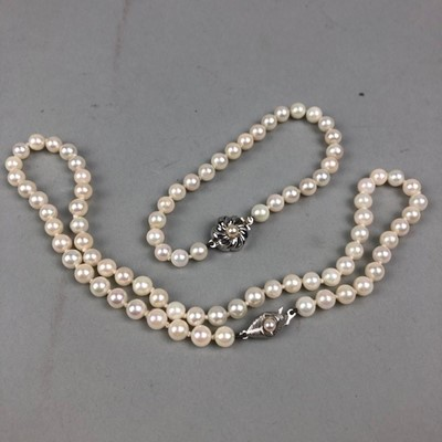 Lot 59 - A PEARL NECKLACE AND BRACELET