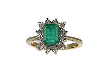 Lot 356 - AN EMERALD AND DIAMOND CLUSTER RING