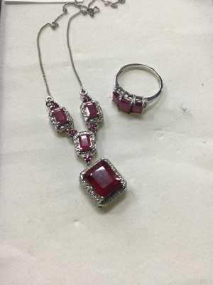 Lot 25 - A SILVER AND RED STONE JEWELLERY SET