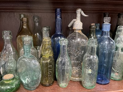 Lot 22 - A LARGE LOT OF LATE 19TH/EARLY 20TH CENTURY BOTTLES