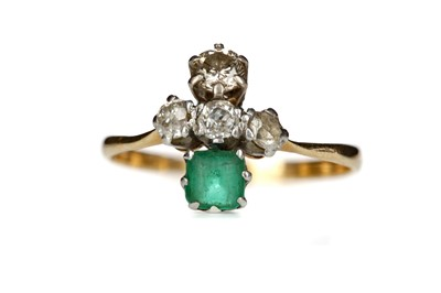 Lot 814 - AN EMERALD AND DIAMOND RING