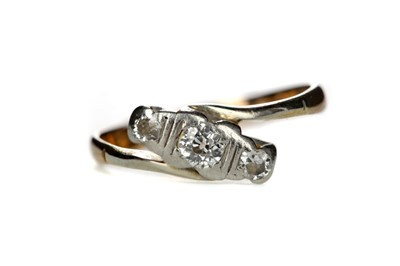 Lot 817 - A DIAMOND THREE STONE RING