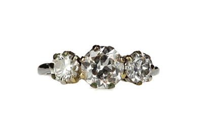 Lot 822 - A DIAMOND THREE STONE RING