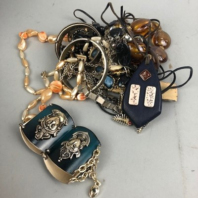 Lot 28 - A COLLECTION OF COSTUME JEWELLERY