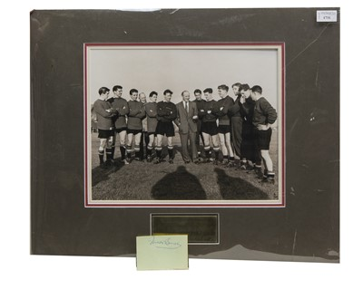 Lot 1731 - A MATT BUSBY MANCHESTER UNITED F.C. PHOTOGRAPH DISPLAY WITH SIGNED SHEET