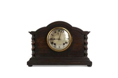 Lot 1140 - AN EARLY 20TH CENTURY OAK REPEATER MANTEL CLOCK