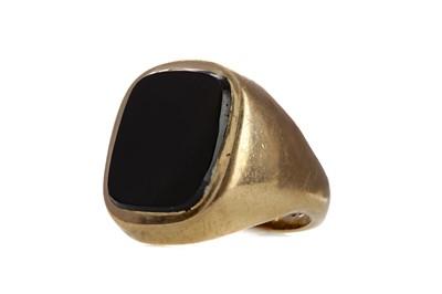 Lot 909 - A BLACK HARDSTONE SIGNET RING