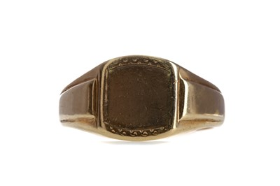 Lot 879 - A GOLD SIGNET RING
