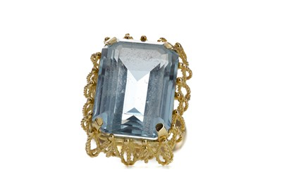 Lot 834 - A LARGE BLUE GEM SET RING