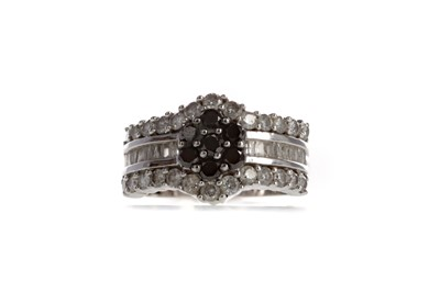 Lot 896 - A BLACK AND WHITE DIAMOND RING