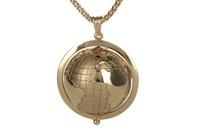 Lot 861 - A GOLD GLOBE PENDANT