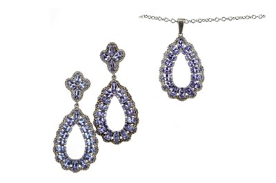 Lot 846 - A TANZANITE NECKLACE AND EARRING SET