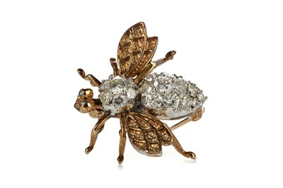 Lot 887 - A DIAMOND BEE BROOCH