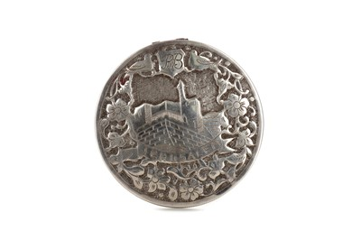 Lot 451 - A EARLY 20TH CENTURY SILVER COMPACT