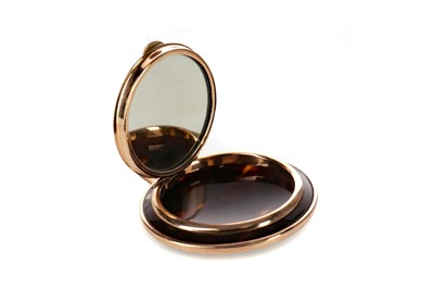 Lot 1343 - AN EARLY 20TH CENTURY NINE CARAT GOLD MOUNTED TORTOISESHELL CIRCULAR COMPACT