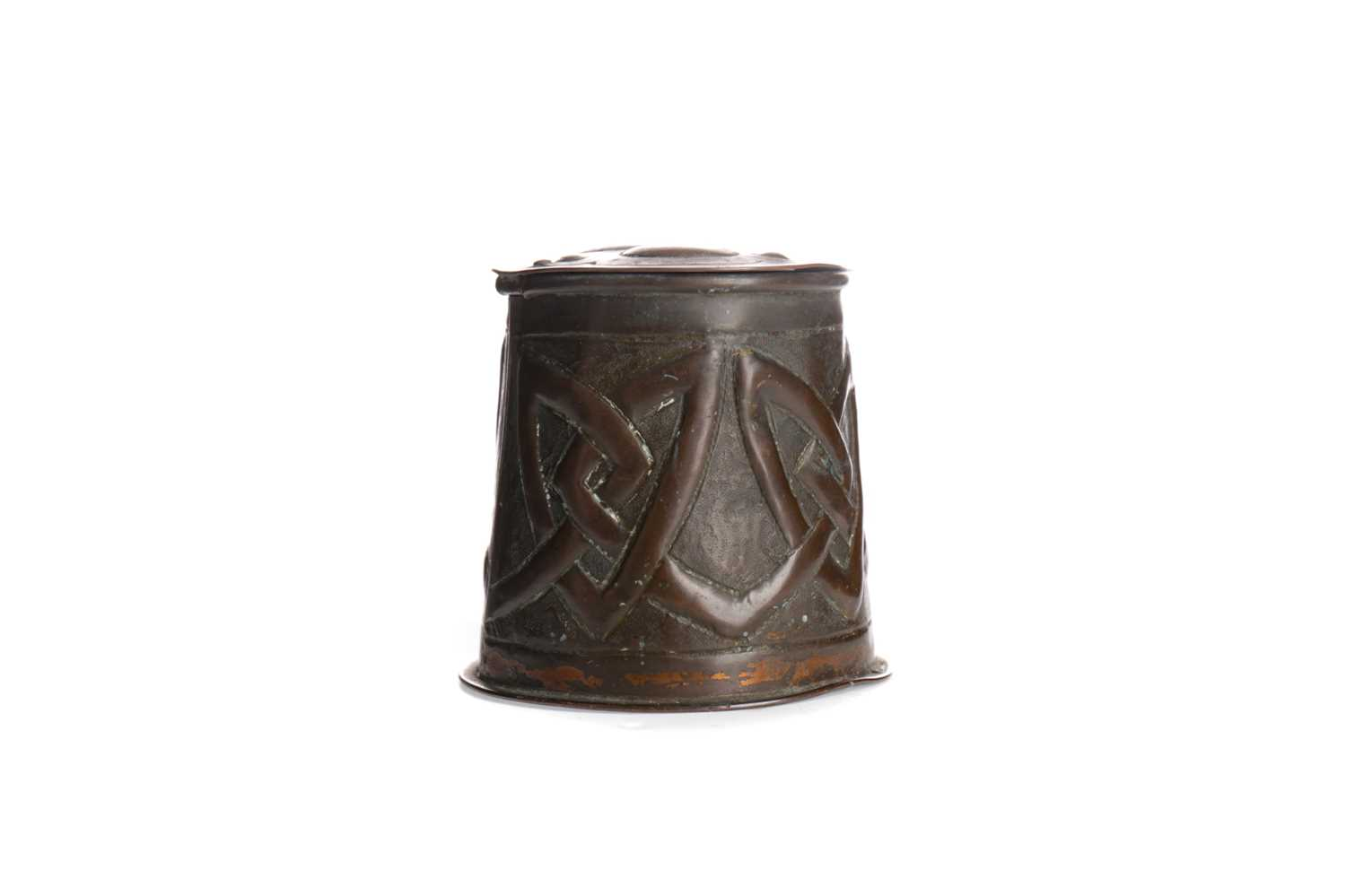 Lot 1347 - AN EARLY 20TH CENTURY ARTS & CRAFTS COPPER INKWELL