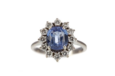 Lot 970 - A SAPPHIRE AND DIAMOND RING