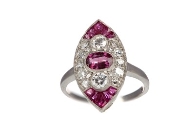 Lot 830 - A RUBY AND DIAMOND RING