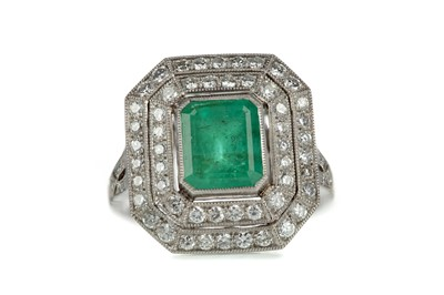 Lot 833 - AN EMERALD AND DIAMOND RING