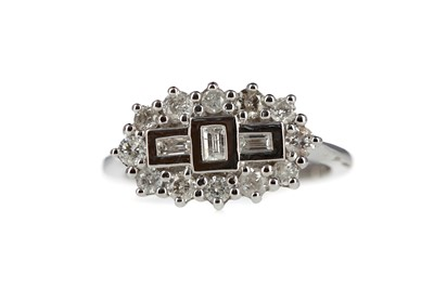 Lot 838 - A DIAMOND CLUSTER RING