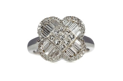 Lot 843 - A CLOVER STYLE RING