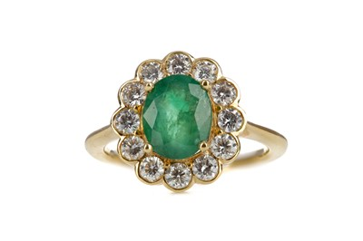 Lot 860 - AN EMERALD AND DIAMOND RING
