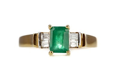 Lot 863 - AN EMERALD AND DIAMOND RING