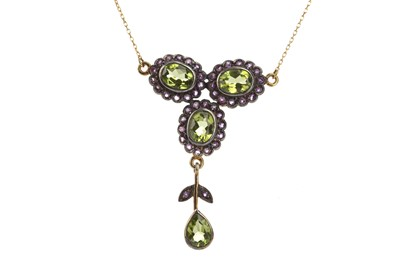 Lot 868 - A PERIDOT AND AMETHYST NECKLET