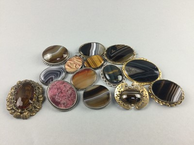 Lot 84 - A LOT OF HARDSTONE BROOCHES